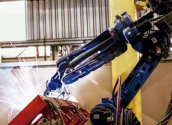 Robô de solda na fabricação de peças Golin
